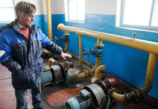 Мастер цеха водоотведения Сергей Александрович Бажинов  показывает компрессорную
