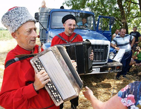 Творческая группа ильинского дома культуры подарила хорошее настроение  участникам жатвы