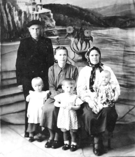 Лидия Грекова, Николай Орехов, свекровь, дочери Вера и Люба,  племянница Зинаида Мещерякова