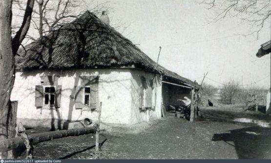 Хата на ул. Калинина с завалинкой и глинобитным полом, крытая камышом (1963 г.)