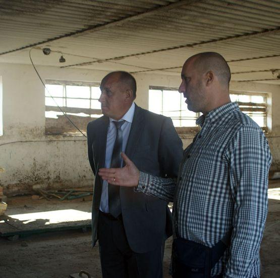 Владелец ЛПХ Игорь Фирстов делится с главой района  планами по открытию в станице цеха для выращивания грибов