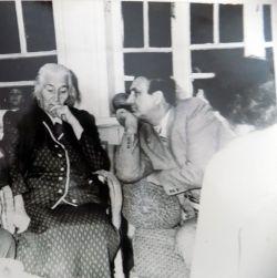 Аркадий Первенцев с сестрой Маяковского. Фото из архива Новопокровского музея.