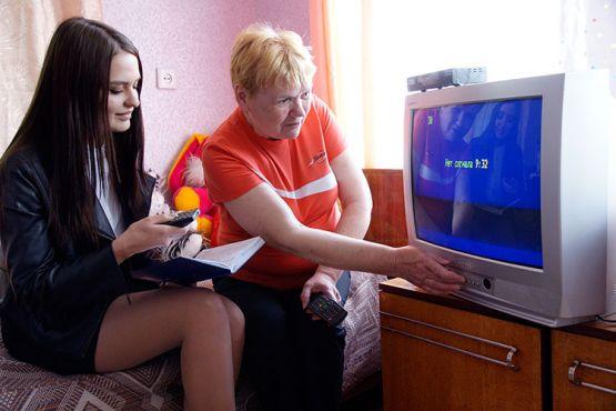 Алина Коновалова помогает Любови Астаховой настроить телевизор на цифровые каналы