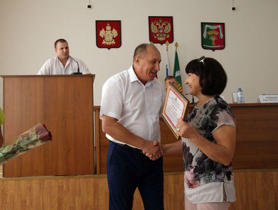 Юрий Ревякин вручает Светлане Замятиной благодарность