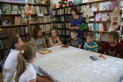 Летом школьники часто заглядывают в библиотеку: когда за книгой, когда — на мероприятие