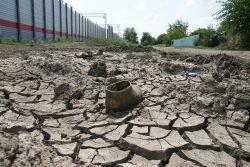 «Котлованы» с растрескавшейся землей свидетельствуют о большой воде