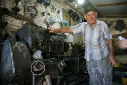 Пенсионер Владимир Иванович Кудасов все детали вытачивает на станке 1934 года выпуска. Токарный агрегат сначала стоял в мастерской зерносовхоза «Кубанский», потом попал на 1-е отделение, а в 90-е перекочевал в КФХ. И, думается, он еще много лет послужит хозяйству