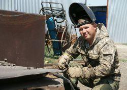 Сварщик Константин Шнырков трудится в КФХ с увлечением