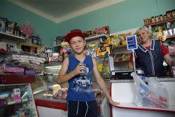 Продавец Алла Сысоева радушно встречает каждого покупателя