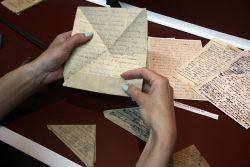 Письма с фронта уже выцвели от времени. Некоторые треугольники сделаны из старых газет. Весточки домой солдаты писали между напечатанных в типографии строк