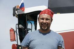 С хорошим настроением трудится в дни жатвы комбайнер предприятия Иван Шубин