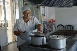На протяжении многих лет Елена Шипкова работает поваром в ОАО «Россия»