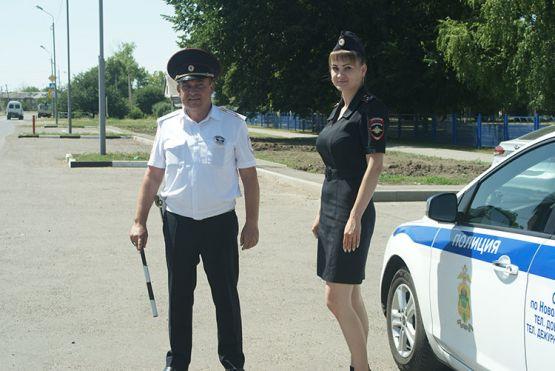 Инспекторы ГИБДД Алексей Абеленцев и Вера Кучеренко у школы проводят операцию «Внимание: дети!»
