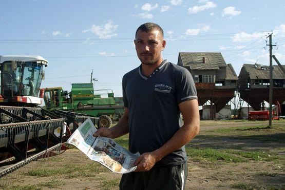 Вячеслав Пацация — самый молодой в коллективе земледельцев КФХ «Алекс», ему 31 год. Убирает урожай на комбайне «Акрос-580». В работе старательно перенимает опыт у старших наставников