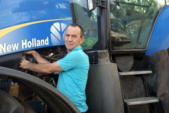 Механизатор КФХ «Алекс» Дмитрий Волобуев в основном занимается обработкой почвы, выполняет предпосевную культивацию, а в период жатвы ведет послеуборочный комплекс