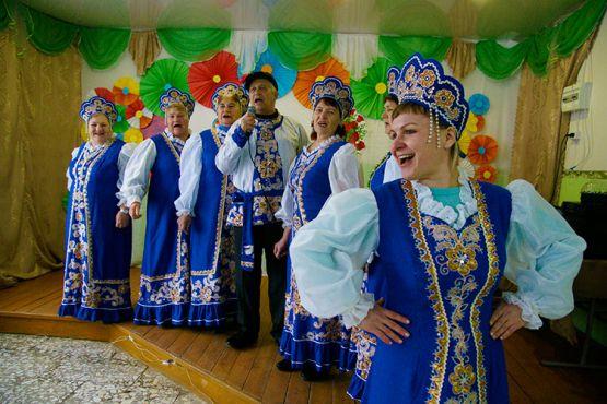 Ансамбль «Молодушки» подготовил для женщин поселка к 8 Марта прекрасную концертную программу. Часть песен из праздничного репертуара артисты исполнили для корреспондента «СГ»