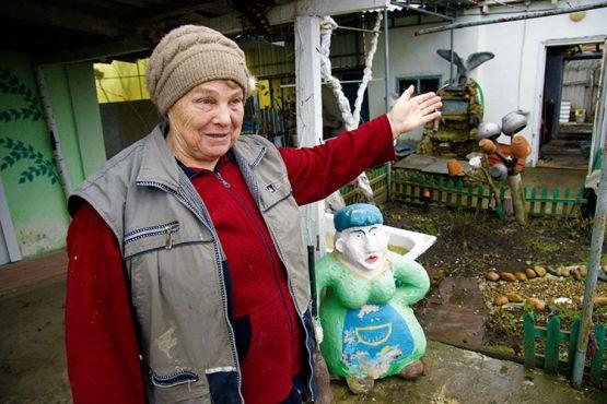Лидия Бельдягина — на все руки мастер. Женщина украсила двор и улицу садовыми фигурами, которые делает сама из гипса и бетона