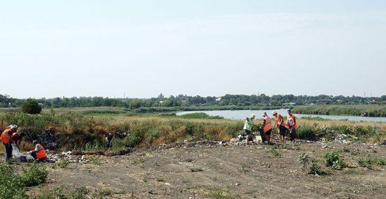 Уборка стихийных свалок работниками МУ «Перспектива» в станице Новопокровской