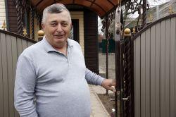Гостеприимный хозяин Сергей Комаров встретил журналистов у калитки