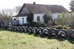 Необычное ограждение из старых автомобильных шин придумал кто-то из местных жителей