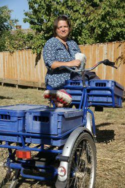 На трехколесном велосипеде Людмила ивчик проезжает десятки километров в день