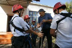 мастер-класс по вязанию туристических узлов демонстрирует учитель ОБЖ Андрей Васильевич Митцев