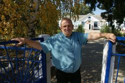 Гостеприимный Владимир Иванович Нехорошев встречает гостей у ворот школы