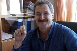 Виктор Мышкин много лет хранит комсомольский значок... на рабочем столе