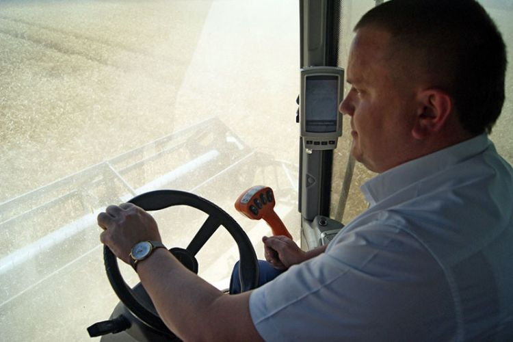 Александр Свитенко попробовал себя в роли комбайнера на уборке озимой пшеницы