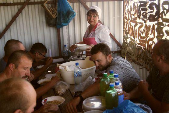 Вкусно и сытно кормят хлеборобов в передвижной полевой кухне