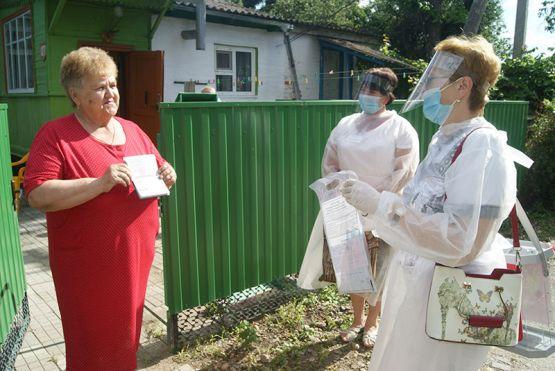 Пенсионерка Наталья Ивановна Токарева воспользовалась возможностью проголосовать дома