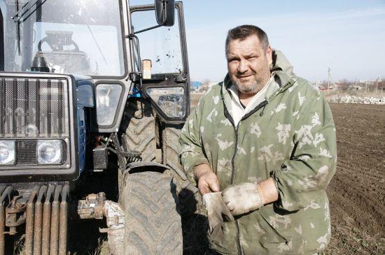 Механизатор Николай Попов ведет обработку почвы под сев люцерны
