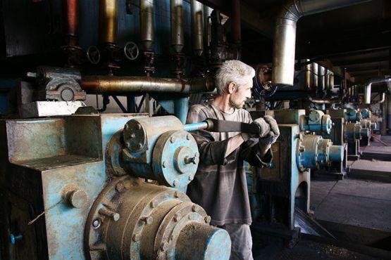 У Александра Веремеева, который трудится прессовщиком на Ровненском маслозаводе, работа не из легких