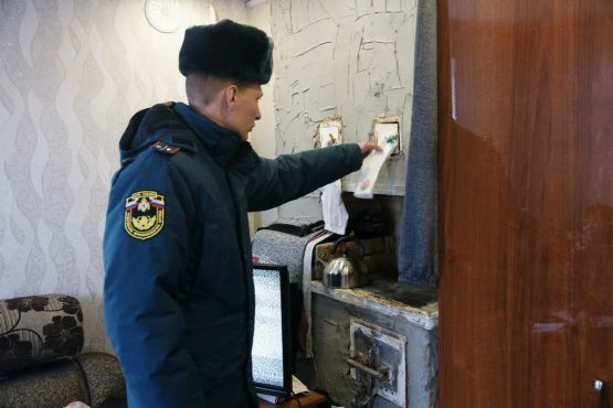 Заместитель начальника 125 ПСЧ ст. Новопокровской Антон Мельтишинов указывает на нарушения правил пожарной безопасности