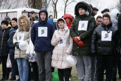 волонтеры раздали участникам акции георгиевские ленты