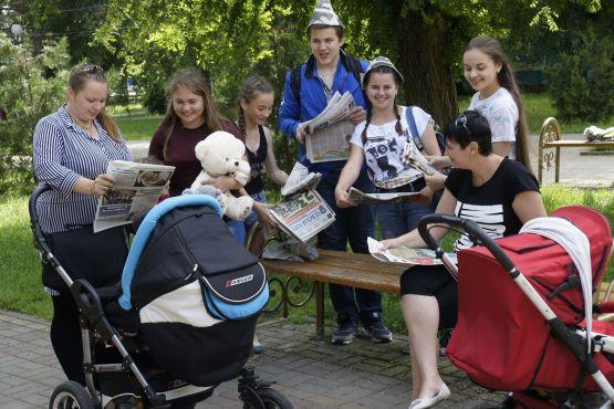 Волонтеры привлекали к чтению «Сельской газеты» прохожих