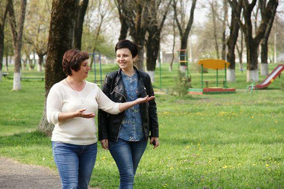 Снежана Бобровская делится планами с односельчанкой Натальей Морозовой