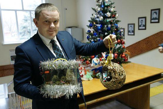 Александр Свитенко демонстрирует игрушки - победившие в конкурсе