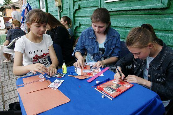 подростки активно принимали участие в мастер-классе по изготовлению открыток для ветеранов