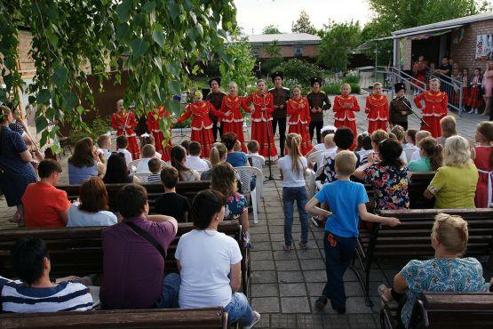 Концерт в исполнении юных артистов под открытым небом собрал десятки зрителей
