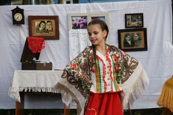 Лилия Новикова в одной из фотозон окунулась в прошлое. Ей было интересно узнать, как жили предки в ХХ веке