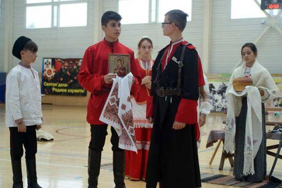 Учащиеся СОШ № 5 показывают обряд «Проводыказакана воинскую службу». По кубанским традициям перед дорогой родители благословляли сына