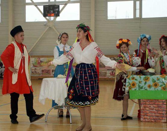 Казачата СОШ № 9 продемонстрировали публике, как в старину проходил обряд сватовства. Конечно, церемония не обходилась без плясок и песен