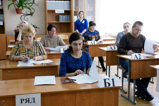 Участники акции знакомятся с экзаменационными материалами