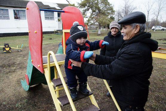 Туляволди Хаитов с супругой Екатериной любят заниматься с внуком. Самое посещаемое место для прогулок у маленького Тимура — поселковая детская площадка
