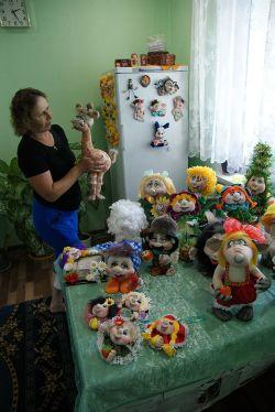 Местная рукодельница Елена Александровна Иващенко делает талисманы на счастье для односельчан