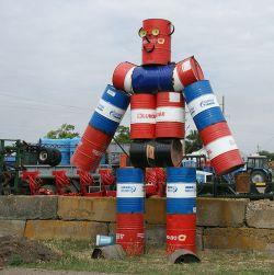 Этого робота из бочек соорудили рабочие мастерских ИП Севостьянова О.А. Великана видно издалека, он стал одной из достопримечательностей поселка Восход