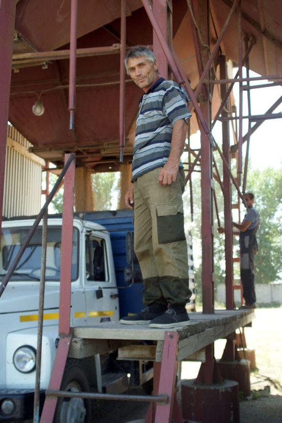 Владимир Попов работает за баранкой уже 36 лет. В ООО «Откормочный-Аметист» профессиональному водителю находится дело в любое время года. Летом он перевозит зерно на автомобиле ГАЗ-53 и участвует в подработке зерна