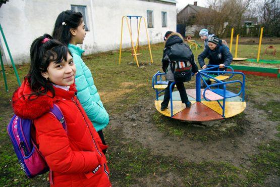 После школы сестры Виолетта и Даша Сброиловы, братья Сергей и Кирилл Дулибы и Витя Воротников всегда заворачивают на детскую площадку. Вволю накатавшись на качелях, ребята расходятся по домам