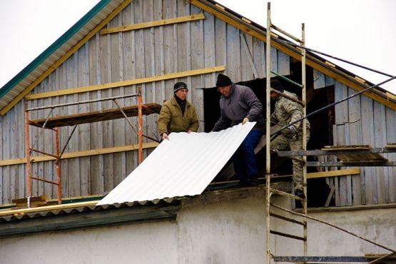 В сельском клубе идет ремонт — бригада строителей меняет кровлю